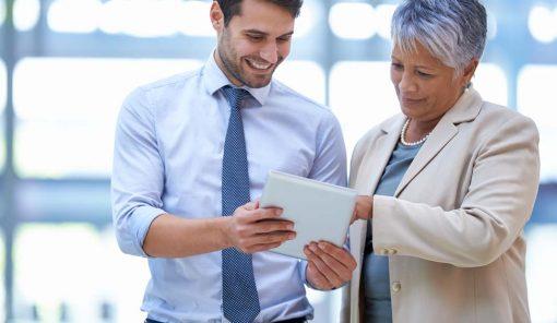 Un homme tient une tablette à écrire et discute avec une femme.
